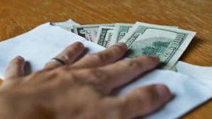 Не удержалась: В Минске клиентка банка унесла забытые возле кассы доллары