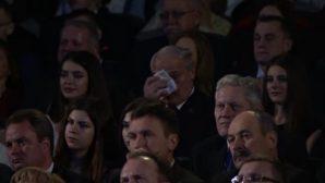 Александр Лукашенко прослезился во время концертного выступления младшего сына