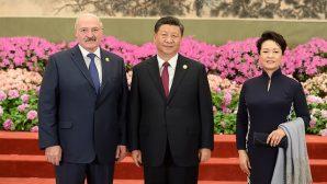 Коля Лукашенко подарил Си Цзиньпиню шоколад и набор стеклянных фигур