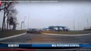 В Минске на перекрестке легковое авто Форд врезалось в столб
