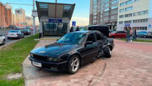 Около станции метрополитена «Малиновка» произошло ДТП с участием автомобиля БМВ