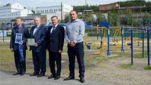 """""""БЕЛАЗ"""" подарил сибирякам спортивные площадки со своими фирменными тренажерами"""