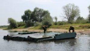 Военные инженеры навели переправу через Припять