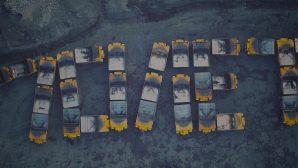 """220-тонники """"БЕЛАЗ"""" выстроили в праздничную надпись"""