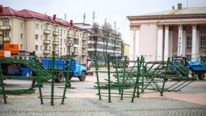 Новый год уже скоро: в Гродно началась установка каркаса праздничной елки