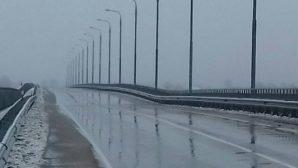 В Житковичском районе треснул и провис мост через реку Припять
