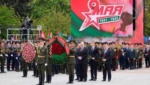 Александр Лукашенко вместе с сыновьями возложил цветы к монументу Победы