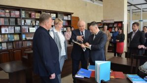 Консул Республики Казахстан в Бресте подарил книги городской библиотеке