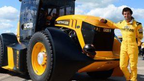 Британский гонщик разогнал трактор до 167 км/ч